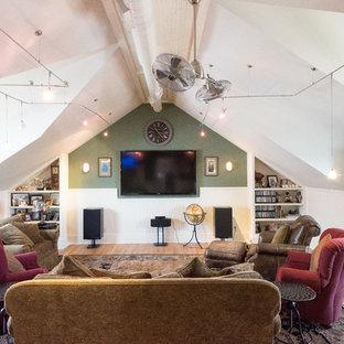 Mittelgroßes, Offenes Maritimes Heimkino mit grüner Wandfarbe, braunem Holzboden und Wand-TV in New York