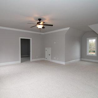 Geräumiges, Abgetrenntes Klassisches Heimkino mit grauer Wandfarbe, Teppichboden und Wand-TV in Raleigh