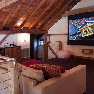 Idee per un home theatre chic di medie dimensioni e aperto con moquette, schermo di proiezione, pavimento marrone e pareti bianche