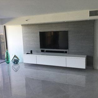 Diseño de cine en casa cerrado, contemporáneo, grande, con paredes blancas, suelo de mármol y pared multimedia