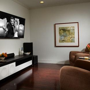 Kleines, Abgetrenntes Modernes Heimkino mit weißer Wandfarbe, dunklem Holzboden, Wand-TV und braunem Boden in Miami