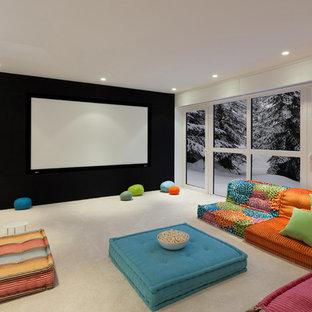 Esempio di un home theatre contemporaneo con pareti bianche, moquette, schermo di proiezione e pavimento beige