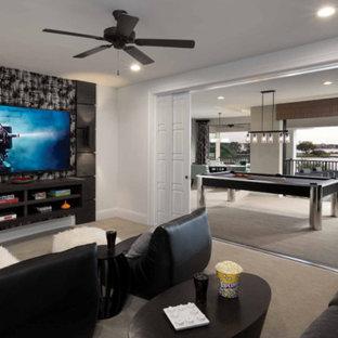 Idee per un piccolo home theatre classico chiuso con pareti bianche, moquette, TV a parete e pavimento beige