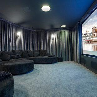 Abgetrenntes Modernes Heimkino mit grauer Wandfarbe und blauem Boden in Los Angeles