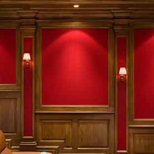 Großes, Abgetrenntes Klassisches Heimkino mit roter Wandfarbe, Teppichboden und Leinwand in New York