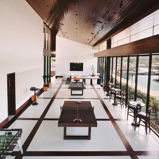 Geräumiges, Offenes Modernes Heimkino mit weißer Wandfarbe, Marmorboden, Wand-TV und weißem Boden in Sonstige
