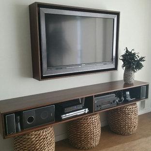 Свежая идея для дизайна: открытый домашний кинотеатр среднего размера в стиле модернизм с серыми стенами, пробковым полом и телевизором на стене - отличное фото интерьера
