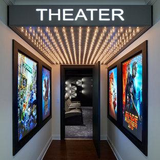 Immagine di un home theatre contemporaneo con pareti grigie, moquette e pavimento grigio