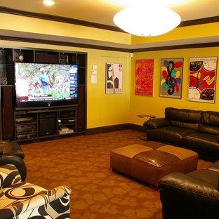 Großes, Abgetrenntes Modernes Heimkino mit gelber Wandfarbe, Teppichboden, Multimediawand und orangem Boden in Atlanta