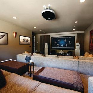 Immagine di un home theatre mediterraneo di medie dimensioni e aperto con pareti beige, moquette, TV a parete e pavimento beige