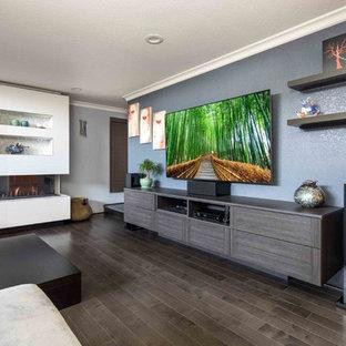 Mittelgroßes, Offenes Modernes Heimkino mit blauer Wandfarbe, braunem Holzboden, Wand-TV und braunem Boden in San Francisco