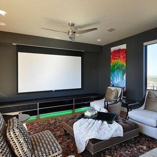Ispirazione per un home theatre contemporaneo chiuso con pareti nere e schermo di proiezione