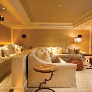 Immagine di un home theatre chic con schermo di proiezione e pavimento beige