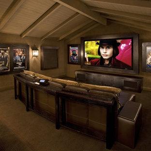 Abgetrenntes Rustikales Heimkino mit Multimediawand in Los Angeles