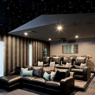 Idee per un grande home theatre minimal chiuso con moquette, schermo di proiezione, pavimento beige e pareti grigie