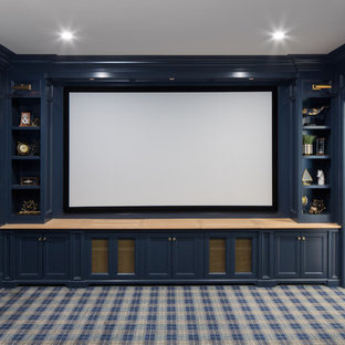 Пример оригинального дизайна: изолированный домашний кинотеатр в классическом стиле с синими стенами, ковровым покрытием, проектором и синим полом