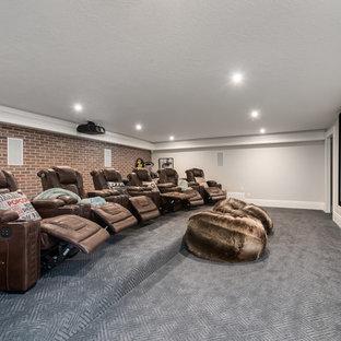 ソルトレイクシティの大きいトランジショナルスタイルのおしゃれな独立型シアタールーム (グレーの壁、カーペット敷き、プロジェクタースクリーン、グレーの床) の写真