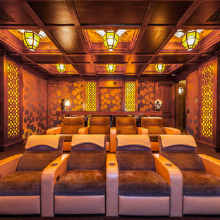 Großes, Abgetrenntes Rustikales Heimkino mit brauner Wandfarbe, Teppichboden und braunem Boden in San Diego