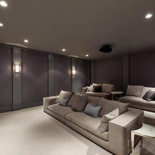 ニューヨークの広いトランジショナルスタイルのおしゃれな独立型シアタールーム (紫の壁、カーペット敷き、プロジェクタースクリーン、ベージュの床) の写真
