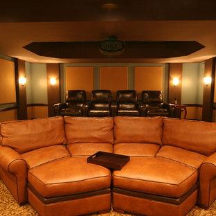 Esempio di un ampio home theatre tradizionale con pareti multicolore, moquette e schermo di proiezione
