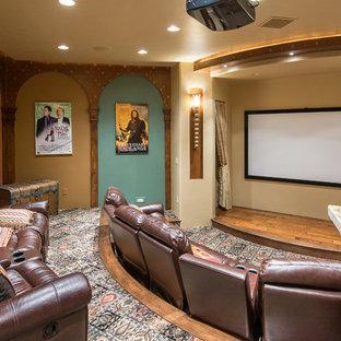 Ejemplo de cine en casa de estilo americano con paredes multicolor, moqueta, pantalla de proyección y suelo multicolor