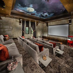 Стильный дизайн: огромный изолированный домашний кинотеатр в средиземноморском стиле с ковровым покрытием, экраном для проектора, серыми стенами и серым полом - последний тренд