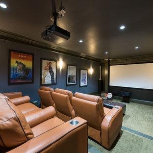 Idee per un home theatre chic chiuso con pareti grigie, schermo di proiezione e pavimento verde