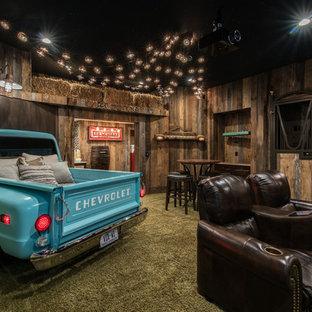Idee per un home theatre stile rurale chiuso con pareti marroni, moquette e pavimento verde