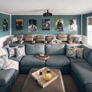 Foto di un grande home theatre costiero chiuso con pareti blu, moquette, schermo di proiezione e pavimento beige