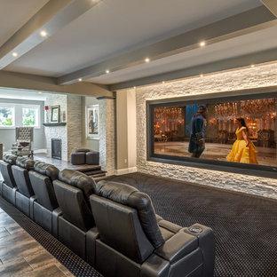 Ispirazione per un home theatre chic aperto con moquette, schermo di proiezione e pavimento multicolore