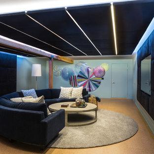 Mittelgroßes, Abgetrenntes Nordisches Heimkino mit blauer Wandfarbe, Korkboden, Wand-TV und braunem Boden in Washington, D.C.