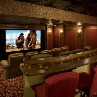 Foto de cine en casa tradicional con pantalla de proyección