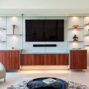 Esempio di un home theatre moderno di medie dimensioni e aperto con pareti grigie, pavimento con piastrelle in ceramica e TV a parete