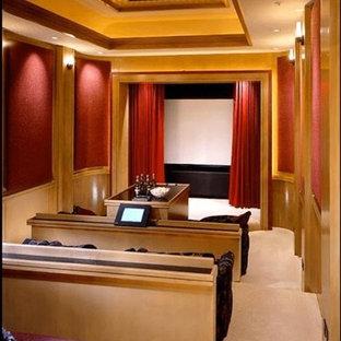 Ispirazione per un ampio home theatre chic aperto con pareti beige, moquette e TV a parete
