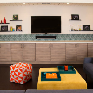 Пример оригинального дизайна интерьера: маленький изолированный домашний кинотеатр в стиле ретро с бежевыми стенами, пробковым полом, телевизором на стене и коричневым полом