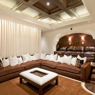 Esempio di un grande home theatre mediterraneo chiuso con pareti marroni, moquette e pavimento marrone