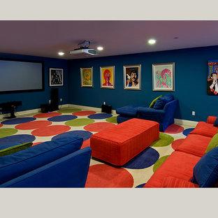 Geräumiges, Abgetrenntes Modernes Heimkino mit blauer Wandfarbe, Teppichboden, Leinwand und buntem Boden in Los Angeles