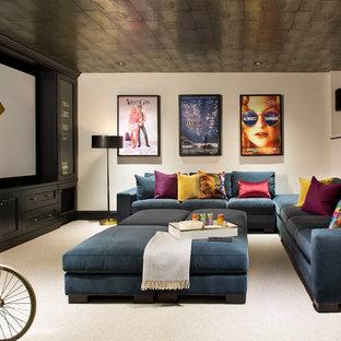 Foto di un grande home theatre classico chiuso con pareti bianche, moquette, schermo di proiezione e pavimento beige