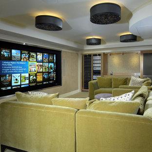 Idee per un home theatre eclettico con schermo di proiezione