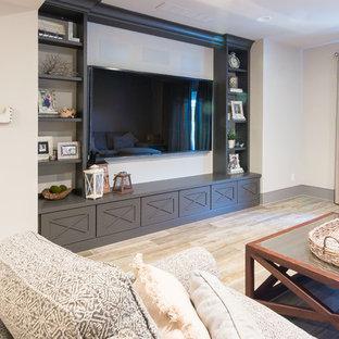 Geräumiges, Offenes Country Heimkino mit beiger Wandfarbe, Laminat, Wand-TV und beigem Boden in Philadelphia