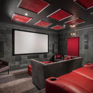 Modelo de cine en casa cerrado, contemporáneo, grande, con paredes negras, moqueta, pantalla de proyección y suelo gris