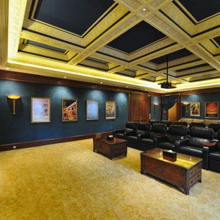Idée de décoration pour une grande salle de cinéma victorienne ouverte avec un mur bleu, moquette, un écran de projection et un sol beige.
