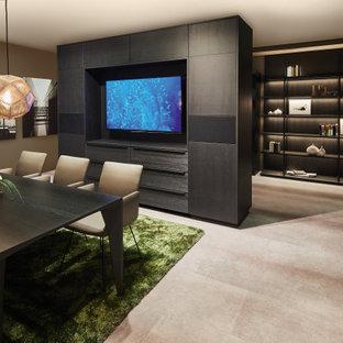 Mittelgroßes, Offenes Modernes Heimkino mit Laminat, Multimediawand und grauem Boden in Miami