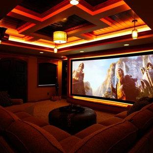 Foto di un home theatre chic di medie dimensioni e chiuso con moquette e schermo di proiezione