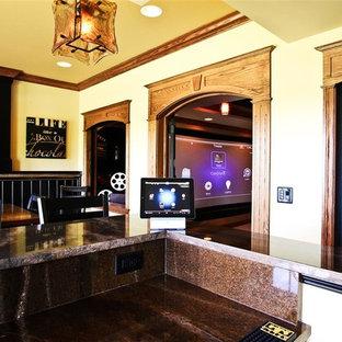 Klassisk inredning av ett mellanstort avskild hemmabio, med beige väggar, projektorduk och travertin golv