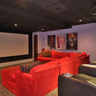 Foto di un grande home theatre bohémian chiuso con pareti viola, moquette e schermo di proiezione
