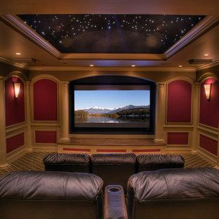 Ispirazione per un grande home theatre chic chiuso con pareti rosse, moquette, schermo di proiezione e pavimento multicolore