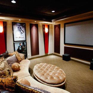 Réalisation d'une salle de cinéma victorienne de taille moyenne et fermée avec un mur beige, moquette, un téléviseur fixé au mur et un sol gris.