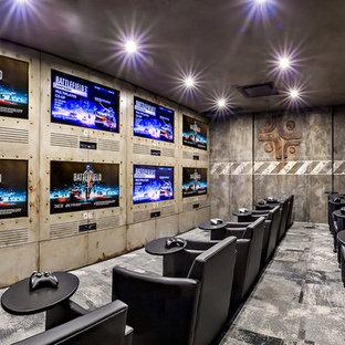 Immagine di un home theatre industriale di medie dimensioni e chiuso con pareti multicolore, moquette e parete attrezzata