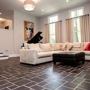 Ispirazione per un grande home theatre classico aperto con pareti grigie, pavimento in ardesia e parete attrezzata